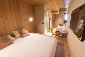 A bed or beds in a room at LES CABANES De La Maison Rouge