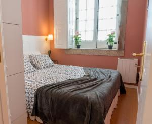 A bed or beds in a room at Oporto Centre Clean & Cozy Apt 2