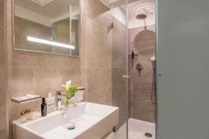 Um banheiro em Ludovisi Palace Hotel