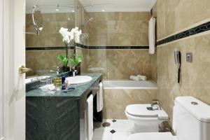 A bathroom at Eurostars Conquistador
