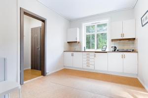 A kitchen or kitchenette at Slottet Apartments