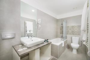 Salle de bains dans l'établissement Arcadia Hotel Budapest