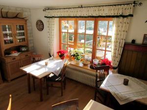 Ein Restaurant oder anderes Speiselokal in der Unterkunft Pension Haus Schöneck