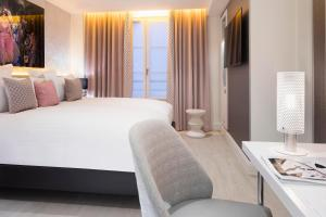A bed or beds in a room at Hôtel Dress Code