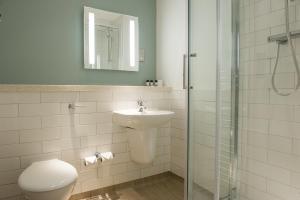 A bathroom at Innkeeper's Lodge Loch Lomond