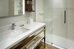 A bathroom at Delta Hotels by Marriott Trois Rivieres Conference Centre