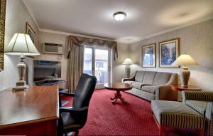 A seating area at Roosevelt Inn & Suites Saratoga Springs