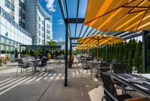 A restaurant or other place to eat at Novotel Montréal Aéroport