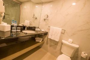 A bathroom at Best Western Plus Urban Larco Hotel