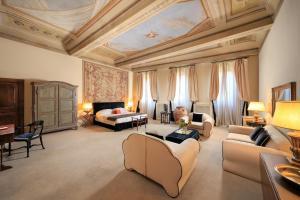 Uma área de estar em Hotel J and J