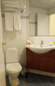 A bathroom at Castelli Hotel Nicosia