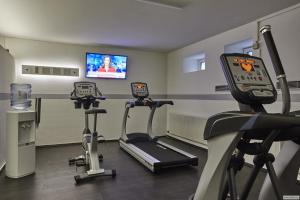 The fitness centre and/or fitness facilities at H+ Hotel Köln Hürth