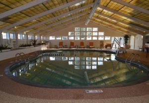The swimming pool at or close to Courtyard Cape Cod Hyannis