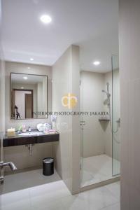 A bathroom at Orchardz Hotel Bandara