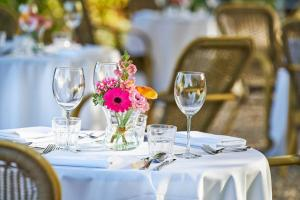 A restaurant or other place to eat at Hotel Brull