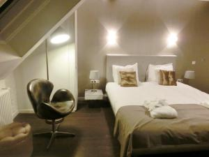 A bed or beds in a room at Saillant Hotel Maastricht City Centre