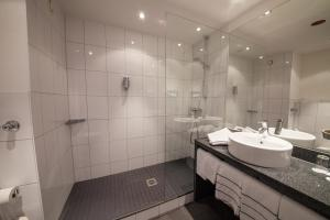 A bathroom at Novina Hotel Tillypark