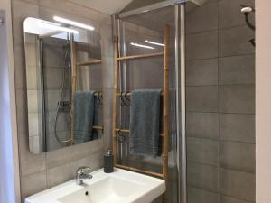 Salle de bains dans l'établissement La Tour Bayeux