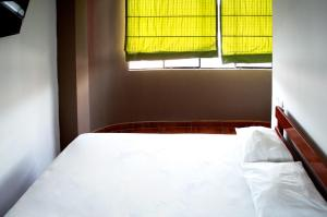 A bed or beds in a room at Hostal Los Angeles
