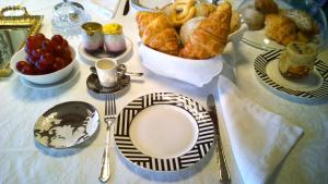 Breakfast options available to guests at Quad Avenue