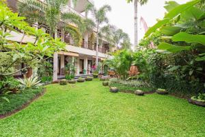 A garden outside Meruhdani Boutique Hotel Ubud
