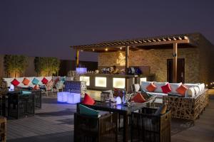 Um restaurante ou outro lugar para comer em Rosh Rayhaan by Rotana