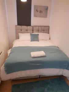 A bed or beds in a room at Vetrelax Basildon House