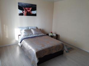 A bed or beds in a room at Apartment Finika2 in the Center