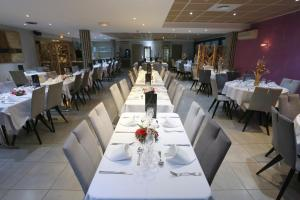 A restaurant or other place to eat at Aeroport Hotel - Parc Expo