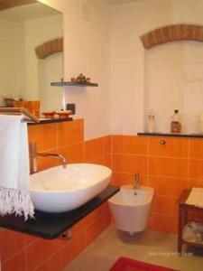 A bathroom at La Margherita 2