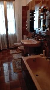 Bagno di White and pink rooms