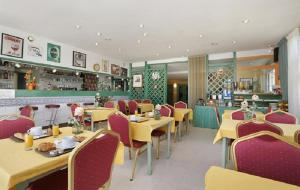 A restaurant or other place to eat at The Originals Access, Éric Hôtel, Dole (Inter-Hotel)