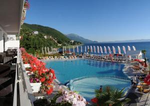 Uitzicht op het zwembad bij Hotel Granit of in de buurt