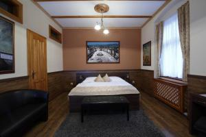 A bed or beds in a room at Hotel Kuria