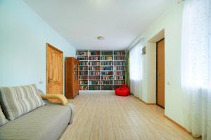 Библиотека в доме для отпуска