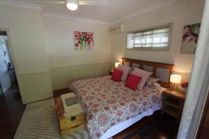 A bed or beds in a room at Gridley Homestead B&B