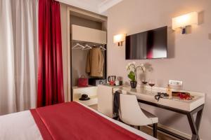 Uma TV ou centro de entretenimento em Ludovisi Palace Hotel