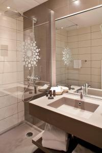 A bathroom at Hotel L'Europe