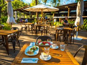 A restaurant or other place to eat at Emma Gorge Resort at El Questro