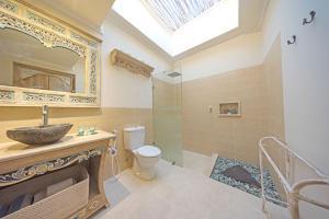 A bathroom at Rascals Hotel
