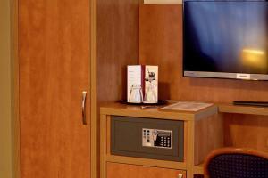 Een TV en/of entertainmentcenter bij Hotel Niederrad