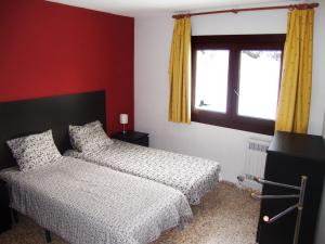 A bed or beds in a room at Apartamentos Arinsal 3000