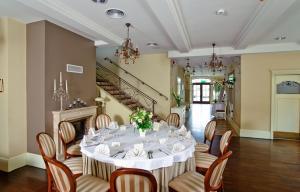 Restauracja lub miejsce do jedzenia w obiekcie Villa Estera - Hotel & Restauracja