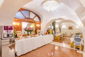A restaurant or other place to eat at Raeli Hotel Floridia