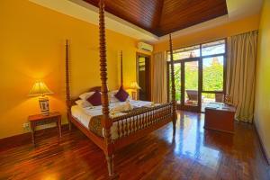 Ein Bett oder Betten in einem Zimmer der Unterkunft The Hotel @ Tharabar Gate