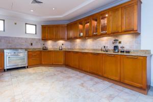 مطبخ أو مطبخ صغير في Charming 6BR Villa with Private Pool on Palm Jumeirah
