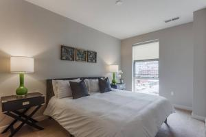 A bed or beds in a room at Two Bedroom on H Street