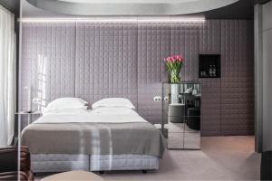 A bed or beds in a room at Vander Urbani Resort - a Member of Design Hotels