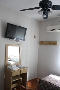 Uma TV ou centro de entretenimento em Ayacucho Palace Hotel