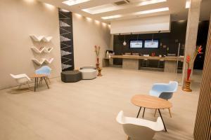 The lobby or reception area at ibis Cali Granada